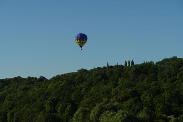 La montgolfière de Maria aborde le versant ouest de la Vallée de l'EpteLe ballon de Maria aborde le versant ouest de la Vallée de l'Epte