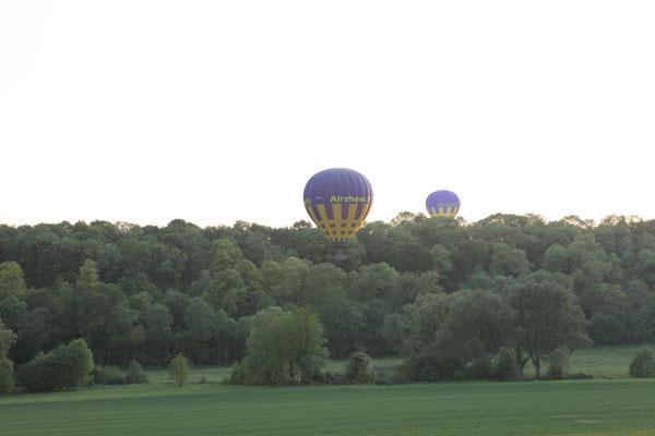 19 h 37 Les pilotes des ballons commencent à chercher des terrains d'atterrissage