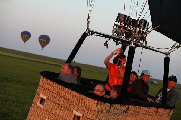 19 h 46 Les deux autres montgolfières n'ont pas encore trouvé de terrain