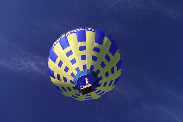 Montgolfière sur fond de ciel bleu