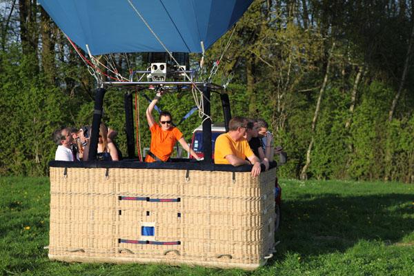 Le pilote envoie de l'air chaud dans l'enveloppe de la montgolfière