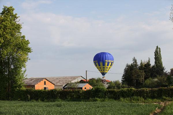 9 h 05 La pilote de la montgolfière cherche son terrain d'atterrissage