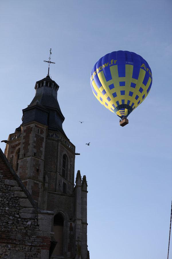 Une montgolfière survole l'église de Flavacourt