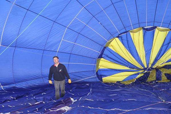 Le pilote inspecte l'enveloppe de la montgolfière