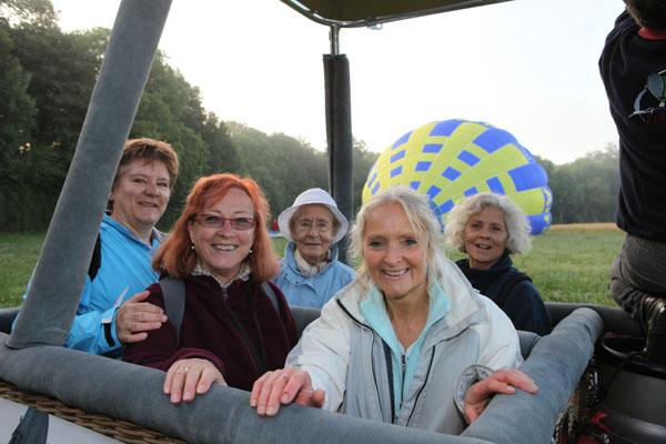 Tout le monde a embarqué à bord des deux montgolfières