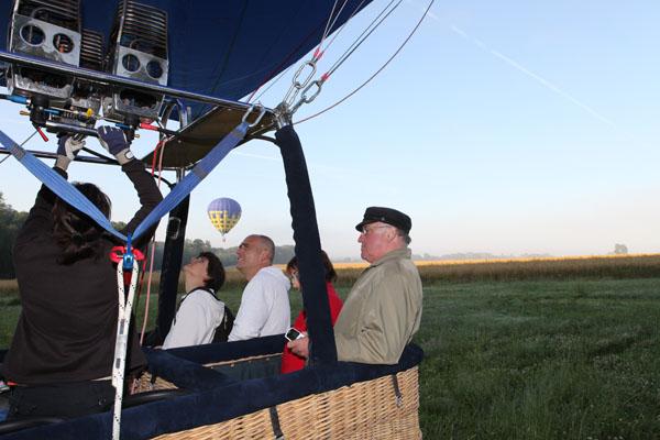 Deux montgolfières au décollage