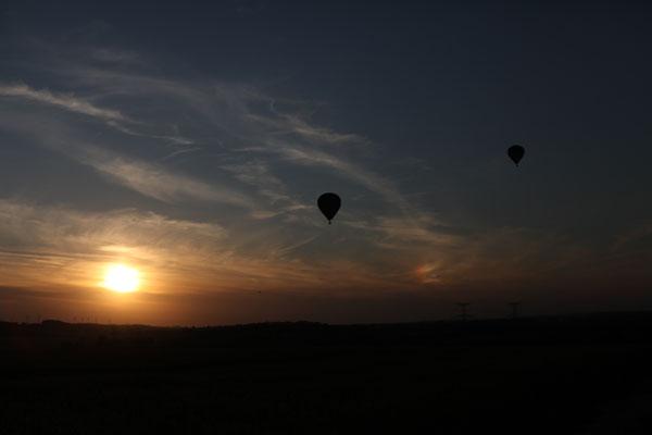 Montgolfières au coucher du soleil