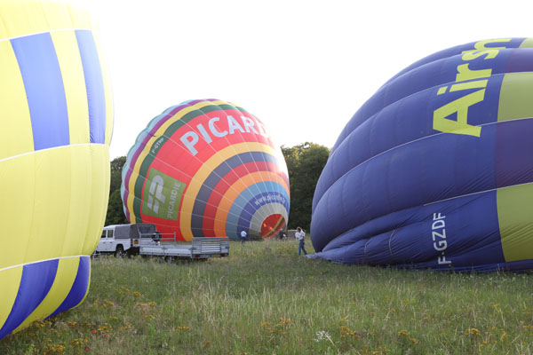 Les montgolfières en cours de gonflage