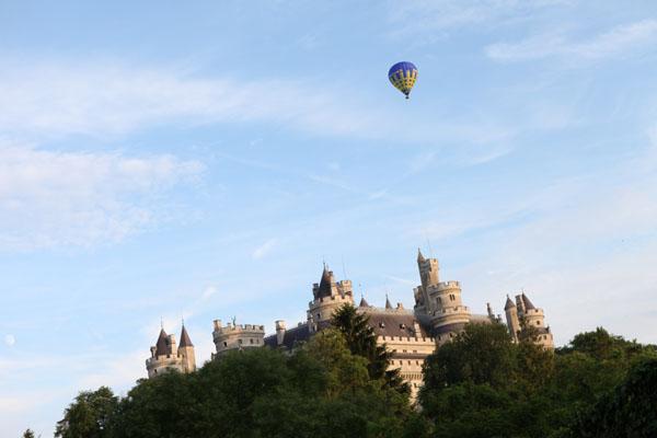Une montgolfière Airshow survole le château de Pierrefonds
