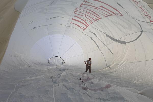 Philippe prépare l'enveloppe du ballon Générali