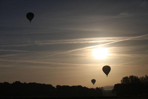 Les trois ballons face au soleil levant