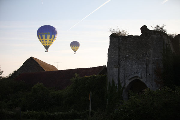 Survol en montgolfière de la ferme fortifiée de Château sur Epte