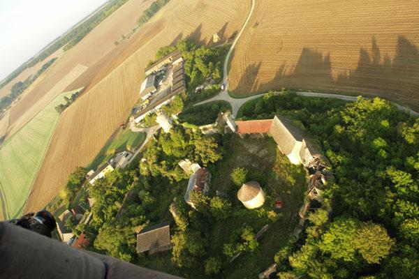 Château sur Epte. Survol en montgolfière de la ferme fortifiée