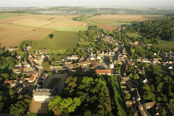Survol du château de Boury en Vexin en montgolfière