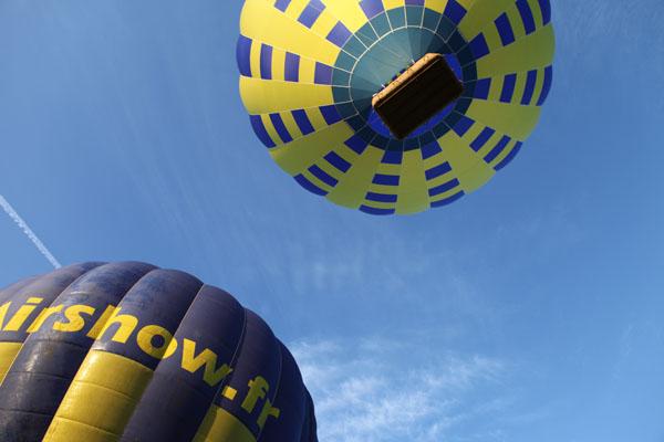 Décollage de deux montgolfières pour un baptême de l'air