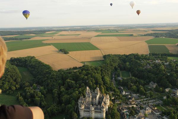 Survol du Château de Pierrefonds en montgolfière