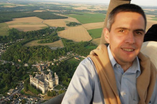 en montgolfière au dessus du château de Pierrefonds