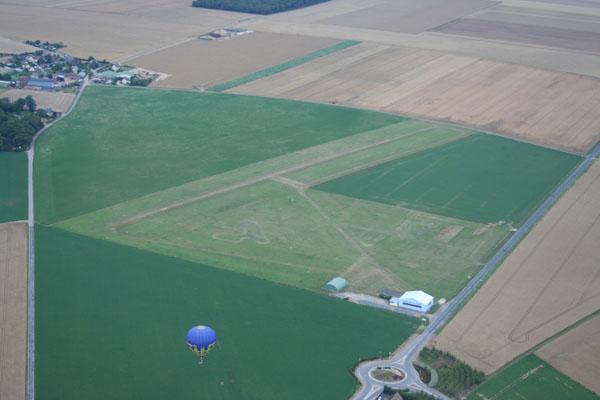 Laurent survole l'aérodrome d'Etrépagny