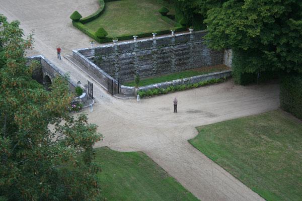 Arrivée à Heudicourt. Le propriétaire du château nous accueille
