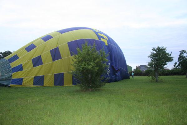 Atterrissage d'une montgolfière dans un verger derrière le château