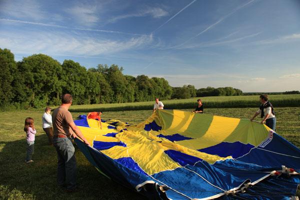 Tout le monde participe à la préparation du vol en montgolfière
