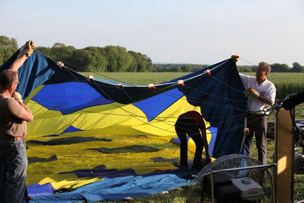 Le gonflage de la montgolfière débute