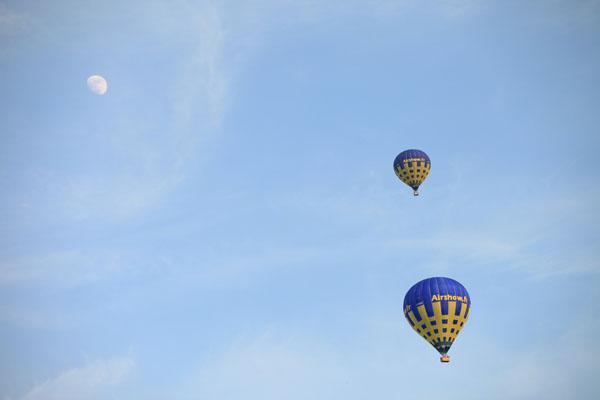 2 montgolfière airshow dans le ciel d'Ile de France