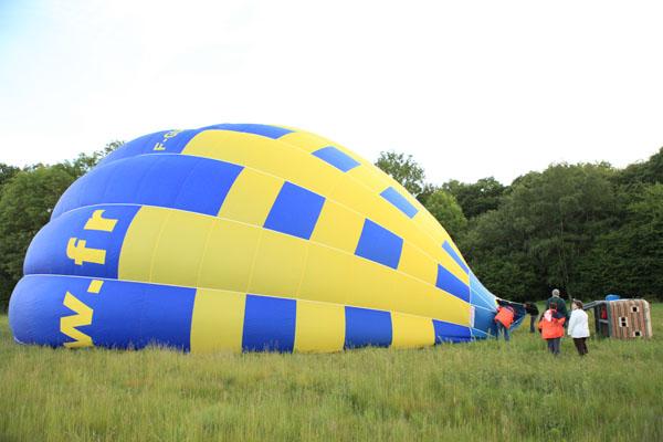 La première montgolfière se gon