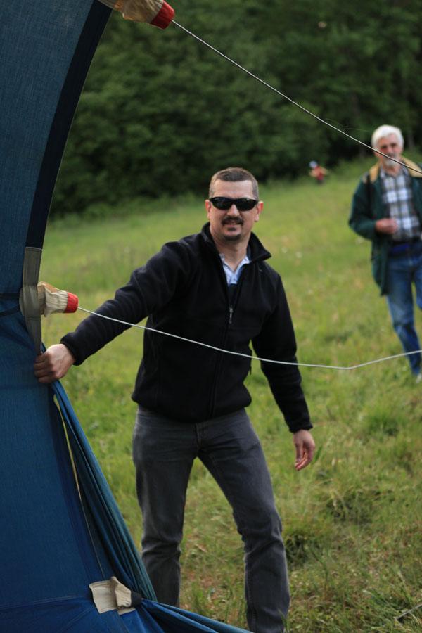 La première montgolfière se gonfle doucement