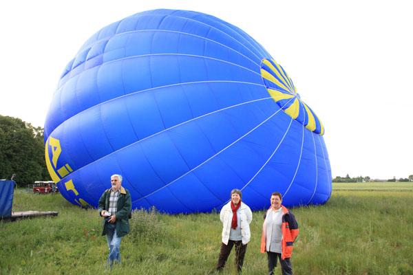 La première montgolfière est presque gonflée