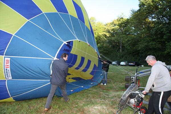 Le ventilateur envoie de l'air dans la montgolfière