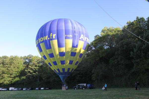 Laurent s'apprête à décoller dans sa montgolfière