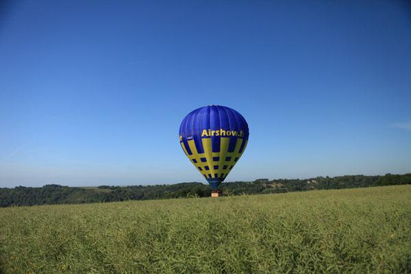 montgolfière au-dessus du colza
