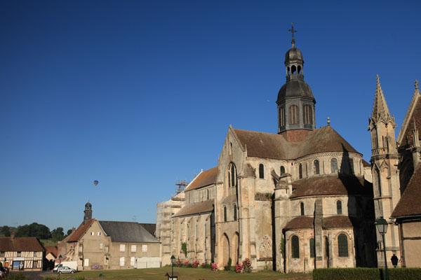 L'Abbaye de Saint Germer de Fly et montgolfières en arrière plan