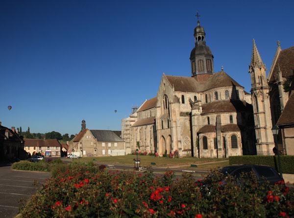 L'Abbaye de Saint Germer de Fly avec deux montgolfières