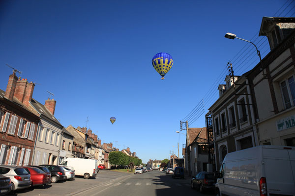 Survol d'un village du Pays de Bray en montgolfière