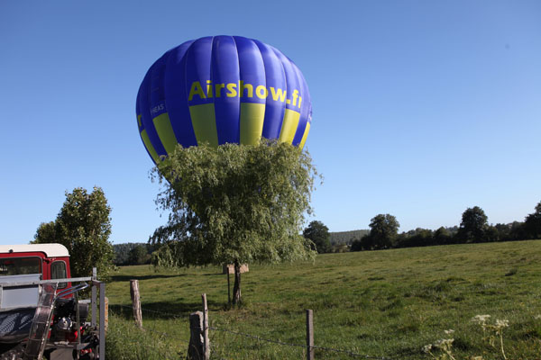 Atterrissage d'une montgolfière Airshow dans le Pays de Bray