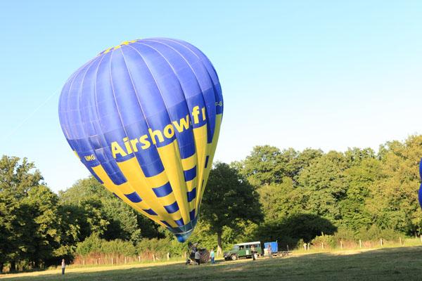 Mise debout de la montgolfière Airshow