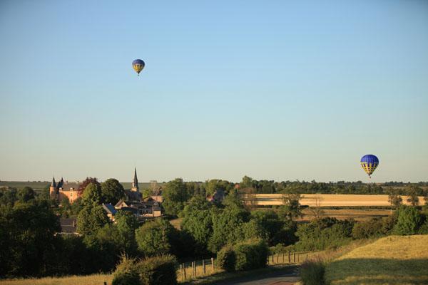 Une des montgolfière Airshow survole le Château de Hannaches