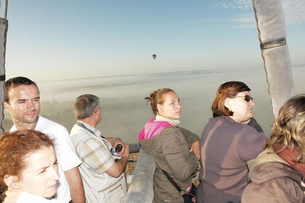 Les montgolfières au-dessus du brouillard