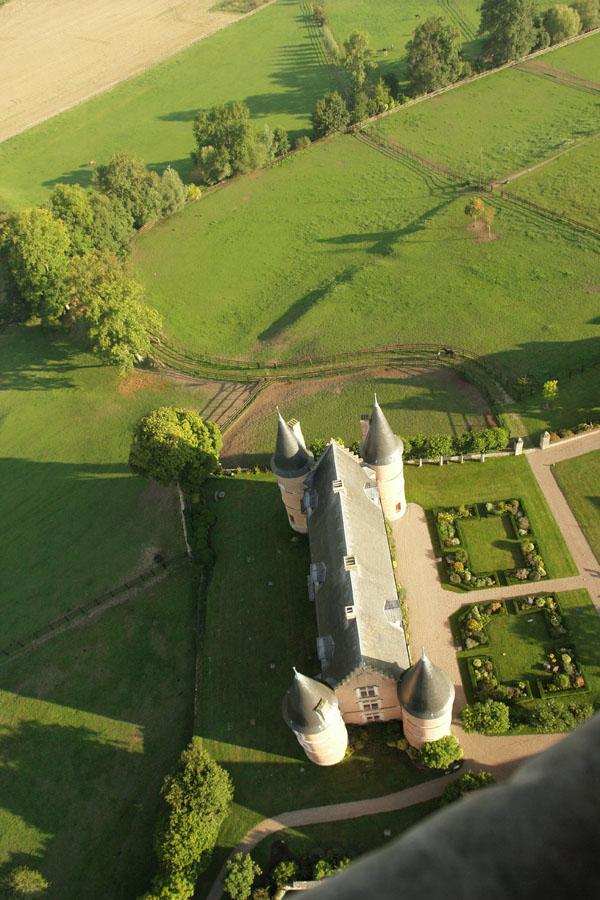 Survol du château de Hannaches en montgolfière